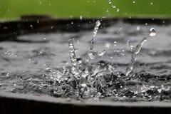 Spada deszcz w baryłce Fotografia Stock