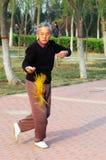 Spada di Taiji del gioco dell'uomo anziano Fotografie Stock