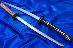 Spada giapponese di katana L'arma di un samurai Un'arma ardua nelle mani di un padrone delle arti marziali Fotografia Stock Libera da Diritti