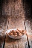 Spada kakaowy proszek na czekoladowych piłkach obrazy royalty free
