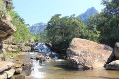 Spada kaskadą siklawę w Królewskim Natal parku narodowym, Południowa Afryka Zdjęcie Stock