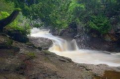 Spadać kaskadą rzekę Zdjęcia Stock