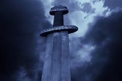 Spada medievale di vichingo contro un cielo drammatico immagine stock libera da diritti