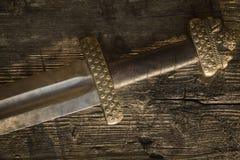 Spada medievale di vichingo contro una parete di legno fotografia stock libera da diritti