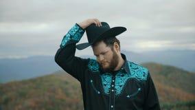 Spada na Max łaty Halnych Appalachian górach, Tennessee & Pólnocna Karolina, portret młody człowiek w kapeluszu, kowboj 4k zdjęcie wideo