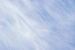 Spada płatki śniegu na błękitnym tle Zdjęcia Royalty Free