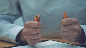 Spada sprzedaż poziomy, i stresujący się frustracja kobieta biznesowy biznes Naruszenie ołówek jako symbol zbiory wideo
