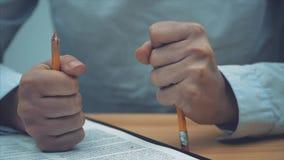 Spada sprzedaż poziomy, i stresujący się frustracja kobieta biznesowy biznes Naruszenie ołówek jako symbol zbiory