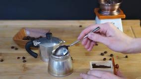 Spada uśpiona zmielona kawa w niskim - połówka moka kawowy producent zbiory