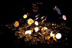 Spada złocistych monet pieniądze w ciemnym tle, biznesowy pojęcie Zdjęcie Stock