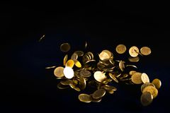 Spada złocistych monet pieniądze w ciemnym tle, biznesowy pojęcie Zdjęcia Royalty Free