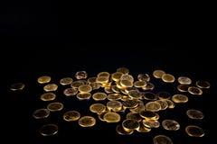 Spada złocistych monet pieniądze w ciemnym tle, biznesowy pojęcie Zdjęcia Stock