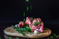 Spada ziele na mięsie, na czarnym tle obrazy royalty free