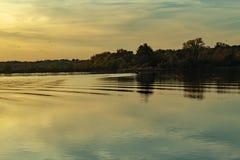 Spadek barwi w parku z odbiciami w jeziorze w Omaha Nebraska zdjęcie stock