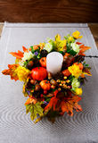 Spadek dekoracja z świeczki i jedwabiu liśćmi klonowymi pionowo Zdjęcie Stock