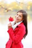 Spadek dziewczyny mienia jesieni czerwony urlop outside Obraz Royalty Free