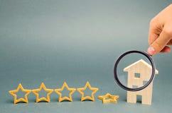 Spadek kwinty gwiazda blisko miniaturowego drewnianego domu Poj?cie spada ratingowa restauracja lub hotel Marnienie w us?udze obrazy stock
