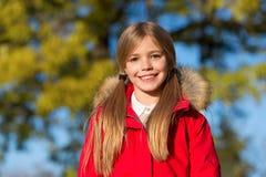 Spadek moda Dzieciak dziewczyny odzieży żakiet dla sezonu jesiennego Dziewczyny twarzy uśmiechniętej ślicznej fryzury spadku modn obraz royalty free