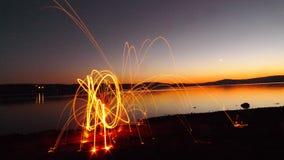 Spadek sylwetka jeziorem z ogienia światła obrazem Obrazy Stock