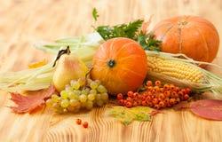 Spadków foods, żniwo na drewnianym stole Tło Zdjęcia Royalty Free