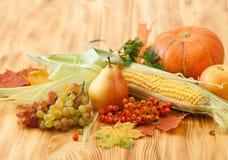 Spadków foods, żniwo na drewnianym stole Tło Fotografia Stock