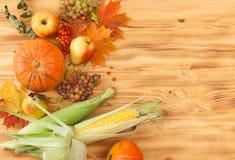 Spadków foods, żniwo na drewnianym stole Tło Obrazy Royalty Free