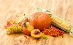 Spadków foods, żniwo na drewnianym stole Tło Zdjęcie Royalty Free