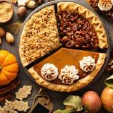 Spadków tradycyjni kulebiaki bania, pecan i jabłko, rozdrobnią Fotografia Stock