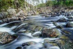 Spadki na małej rzece w drewnie w Szkocja Obrazy Stock