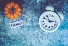 Spadku światła dziennego oszczędzania czasu pojęcie z bielu zegarem i kwiatami, mieszkanie nieatutowy obrazy royalty free
