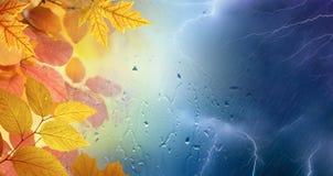 Spadku deszczowy dzień, kolor żółty i pomarańczowi liście, potężne błyskawicy zdjęcia royalty free