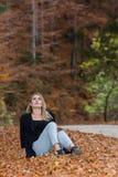 Spadku dzień przez drewien gdzieś w Transylvania z piękną dziewczyną obrazy royalty free
