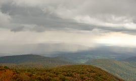 Spadku koloru las, toczni wzgórza i doliny w Appalachians Virginia z deszczem i chmurami w odległości obrazy stock