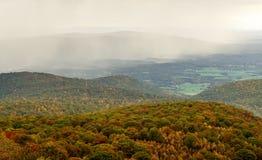 Spadku koloru las, toczni wzgórza i doliny w Appalachians Virginia z deszczem i chmurami w odległości obraz royalty free