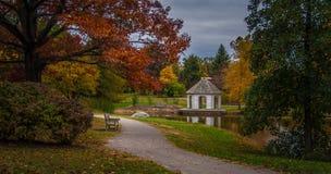 Spadku krajobraz z ławkami i gazebo w parku Zdjęcie Royalty Free