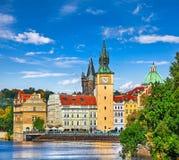 Spadku krajobrazowy widok Charles most na Vltava rzece w Praga Zdjęcie Stock