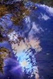 Spadku niebieskiego nieba słońca wody odbicia Wenatchee Abstrakcjonistyczna rzeka Zdjęcie Royalty Free