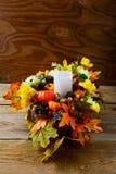 Spadku stołowy centerpiece z świeczki i jedwabiu liśćmi klonowymi, vertic Fotografia Stock