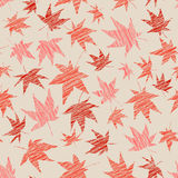 Spadku tło z porysowanymi liśćmi klonowymi bezszwowy wzoru Obrazy Stock