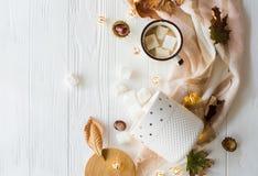 Spadku wciąż życie z żółtymi liśćmi, coffe z marshmallows i zdjęcia stock