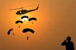 Spadochron i helikopter na zmierzchu tle Obrazy Royalty Free