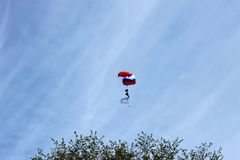 Spadochroniarz lata w niebie nad ziemia, wolność lot Obrazy Royalty Free