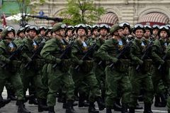 Spadochroniarzi 331st Chronią Spadochronowego pułku Kostroma podczas próby kostiumowej parada na placu czerwonym Obraz Royalty Free