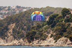 Spadochronowy latanie nad morzem Zdjęcie Royalty Free