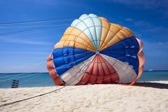 Spadochronowy lying on the beach na ziemi Obrazy Royalty Free