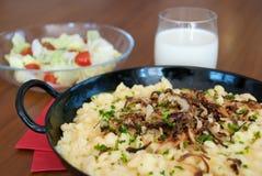 Spaetzle autrichien traditionnel avec du fromage fondu dans la casserole - le käsespätzle kasnocken Photo stock