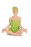 Spaflicka. Härlig ung kvinna efter bad med den gröna handduken. isolerat på vit Arkivbilder