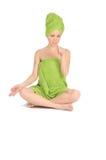 Spaflicka. Härlig ung kvinna efter bad med den gröna handduken. isolerat på vit Royaltyfri Fotografi