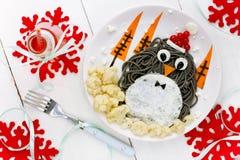 Spagehetti negro del pingüino con el huevo frito y las verduras para Chris Foto de archivo