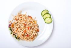 Spagetti avec des légumes de la plaque blanche Images libres de droits